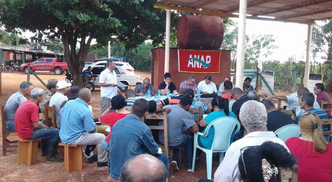 """Directivos del Grupo Empresarial Agroforestal, la Empresa Procesadora de Café """"Luis Bocourt"""", productores,y autoridades del territorio,  evalúan la marcha de la cosecha de café, en Artemisa, Cuba, el 18 de noviembre de 2018."""