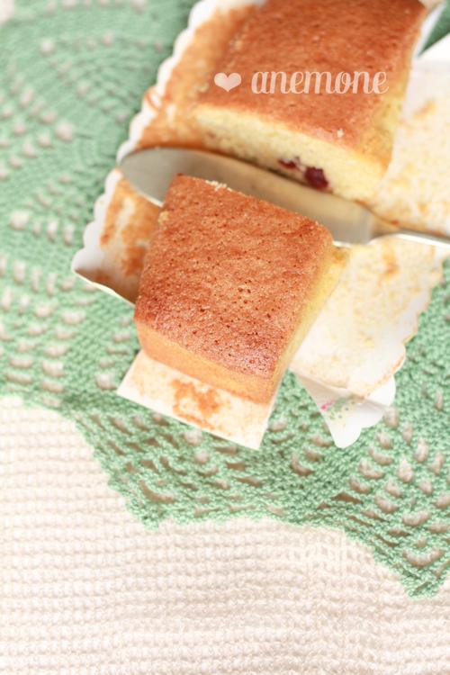 Cake con farina di kamut, semolino e mirtilli rossi