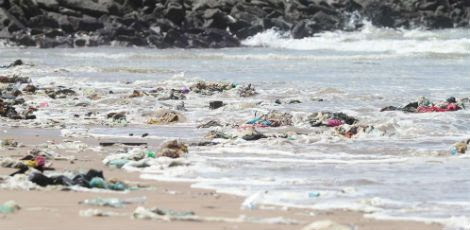 A Praia de Del Chifre chamou atenção do MPPE pelos entulhos acumulados / Sérgio Bernardo/JC Imagem