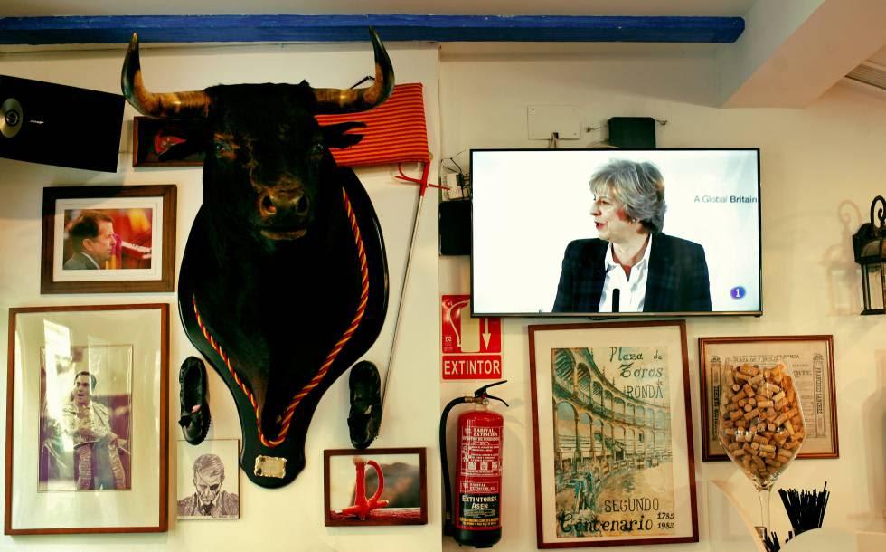 Bar en Fuengirola desde el que se sigue la intervención de Theresa May, el 17 de enero.
