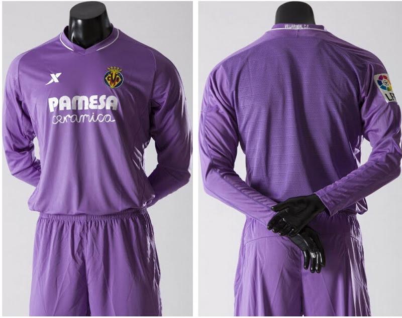 Nueva púrpura Portero equipación del Villarreal 2015 2016El Nueva púrpura Portero equipación del Villarreal 2015 2016 tiene una base de color púrpura pálido con detalles en blanco en forma de una línea alrededor de su cuello v y los logotipos de la parte frontal.