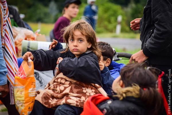 """Refugiados camino de Austria ©Tibi Szabados/""""Csak"""" egy Gyerek (Sólo una niña)."""