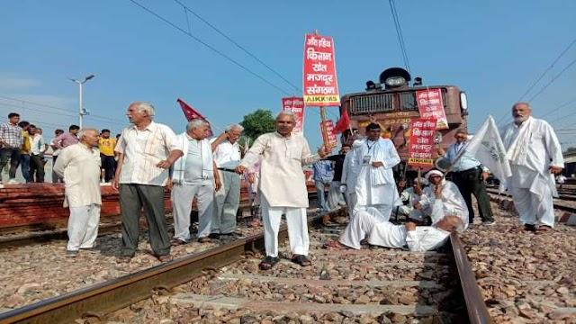 Bharat Bandh: भारतीय रेलवे की कई ट्रेनें प्रभावित, किसान कई जगह पटरियों पर बैठे