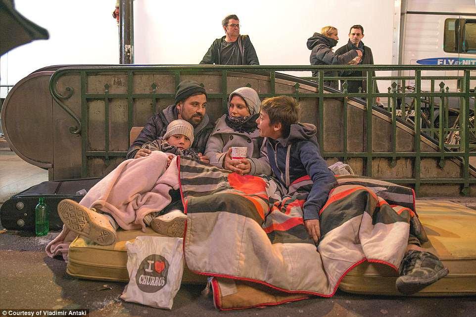O afluxo de migrantes da Europa começou em 2015, centrando-se na Grécia, onde centenas de milhares de pessoas, muitas delas fugindo da guerra e da pobreza no Oriente Médio e no Afeganistão, cruzaram a fronteira da Turquia.