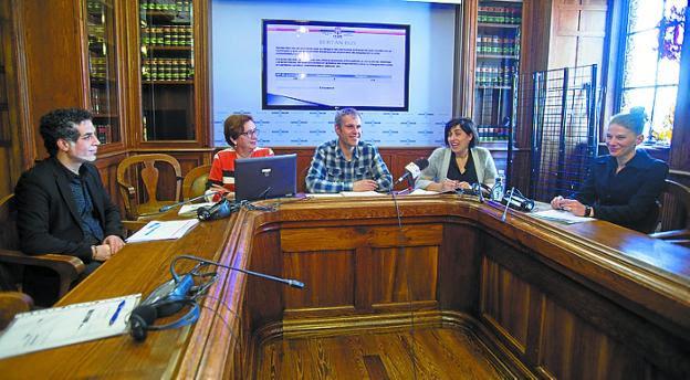Moustafa Elafify, Feli Goikoetxea, Sergio Corchón, Elixabete Sáenz y Simona Stoichici presentan el balance del programa. / F. DE LA HERA