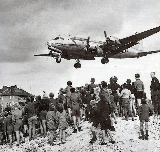 Ficheiro:C-54landingattemplehof.jpg
