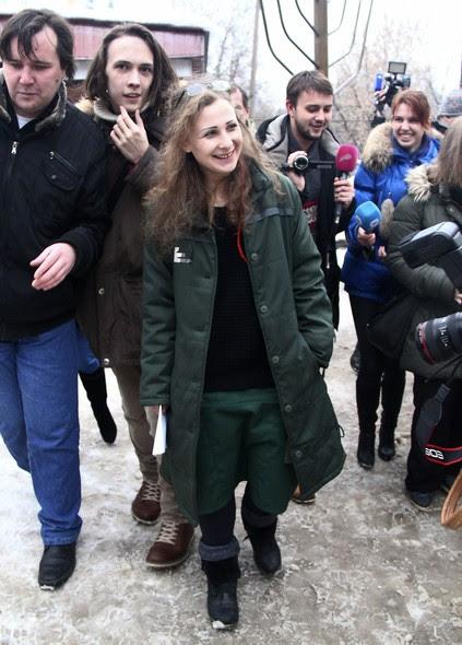 A cantora da banda punk Pussy Riot Maria Aliójina foi libertada na manhã desta segunda-feira (23) após ficar quase dois anos presa