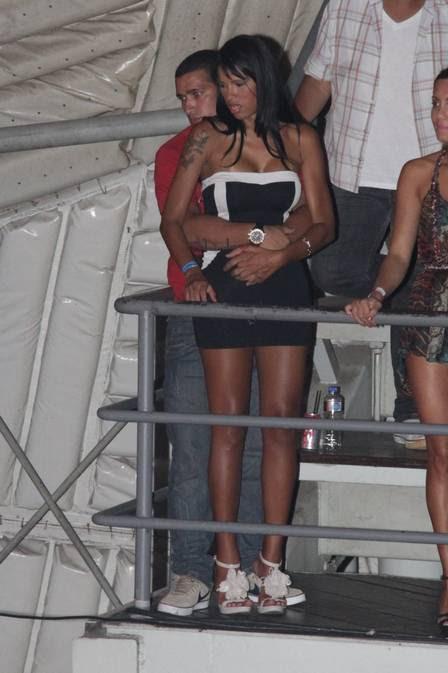João Gabriel abraça a amada no camarote do Circo Voador
