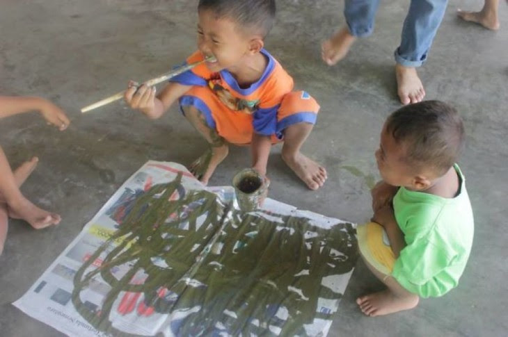 niños Pintando en Indonesia