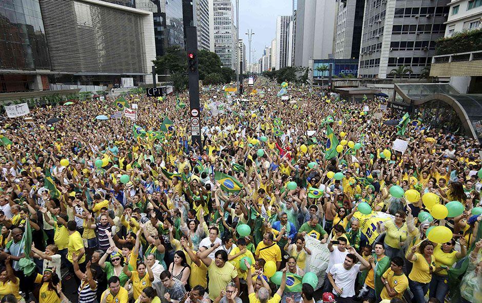 Há hora chegou!!  Planalto acredita que o desabastecimento de supermercados e combustíveis levará o povo às ruas, como em 2013