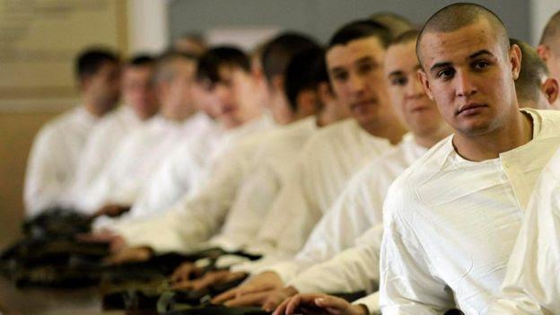 Reclutas rusos en una oficina de enlistamiento en 2011