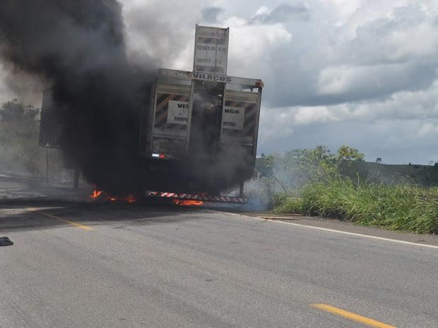 Carreta com bois pega fogo Bahia 1 (Foto: Danuse Cunha/Itamaraju Notícias.)
