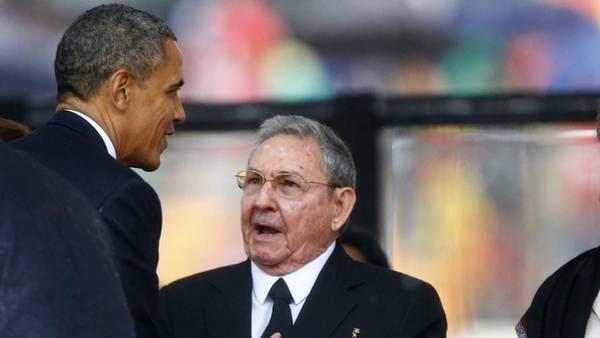 Obama y Raul Castro en diciembre de 2013 en Sudáfrica. (AP/Archivo)