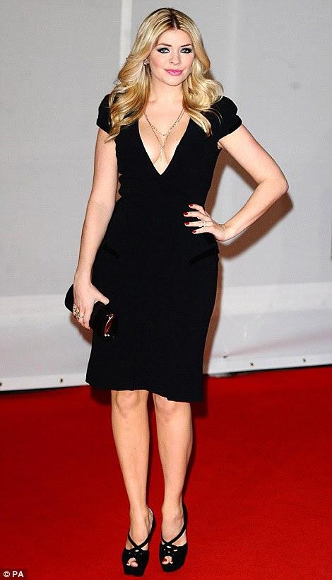 Pouco vestidos pretos: Holly aderiram Pixie Lott no tapete vermelho, que também se vestia de preto