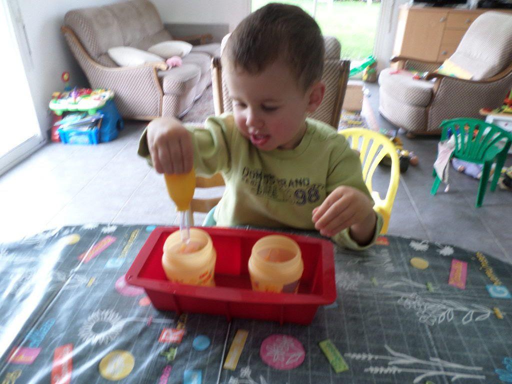 Mon fils, bientôt 3 ans qui transvase de l'eau avec une pipette