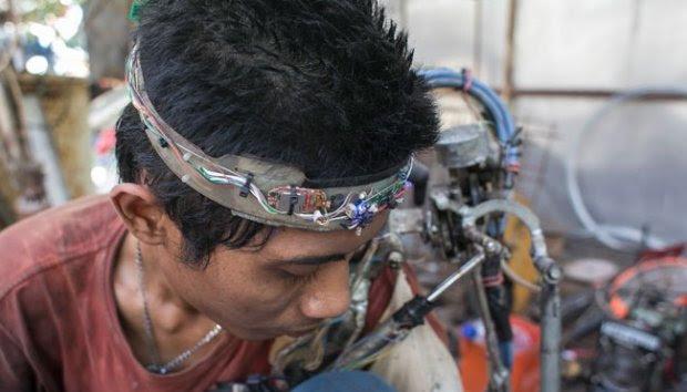 Tukang Las Ini Buat Tangan Robot untuk Dirinya