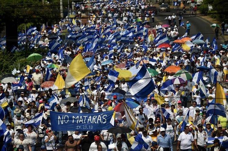 Centenares de nicaragüenses participan en la misa  en las afueras de la Catedral Metropolitana en Managua. (AFP).