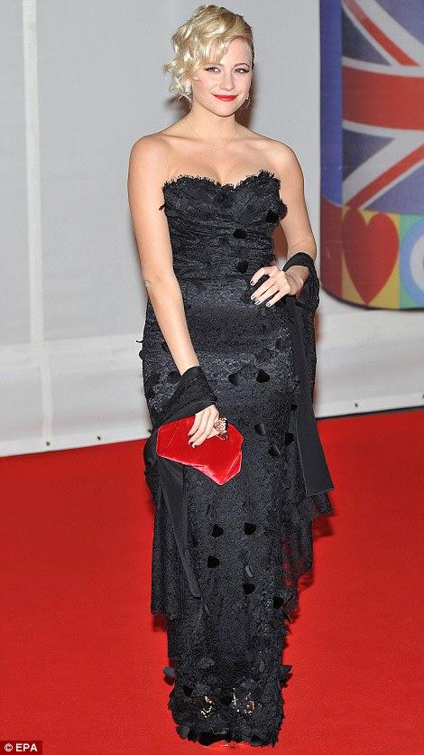 Olhar Frilly: Pixie Lott também optou por um vestido preto com borlas que tinha ligado