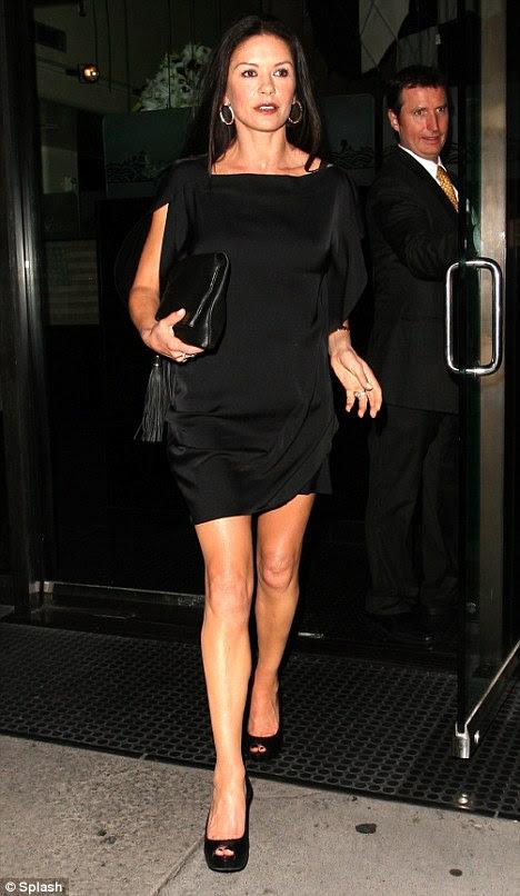 Muhteşem: 42 yaşındaki aktris uyan ayakkabı ve aksesuarları ile eşleştirilmiş küçük siyah bir ipek elbise, uzun bacaklı baktı