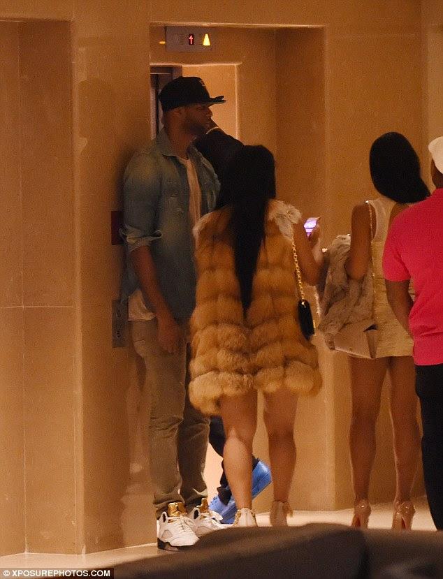 Os hóspedes: Depois de chegar ao hotel central de Londres os clubbers marcada seus telefones e andava com parafuso enquanto esperava o elevador