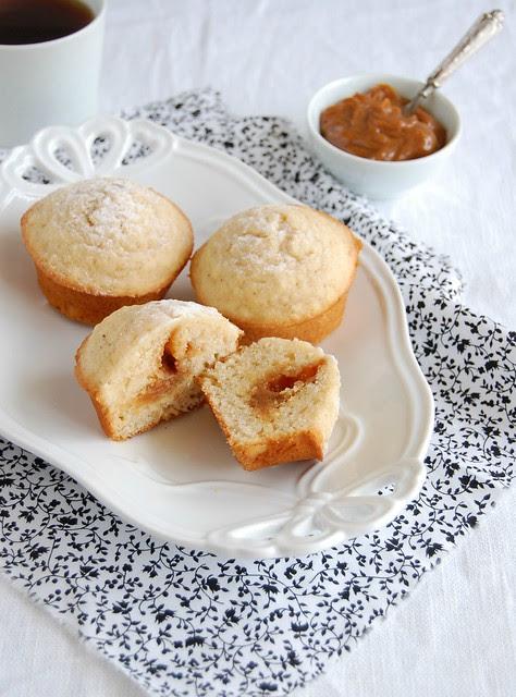 Almond and dulce de leche muffins / Muffins de amêndoa e doce de leite