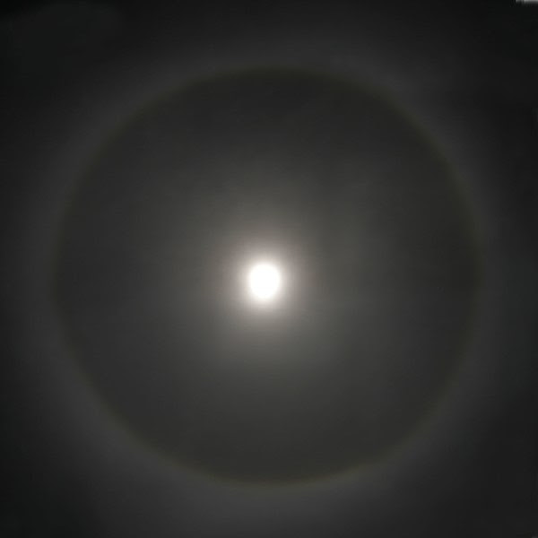Dosya:Halo around moon.jpg