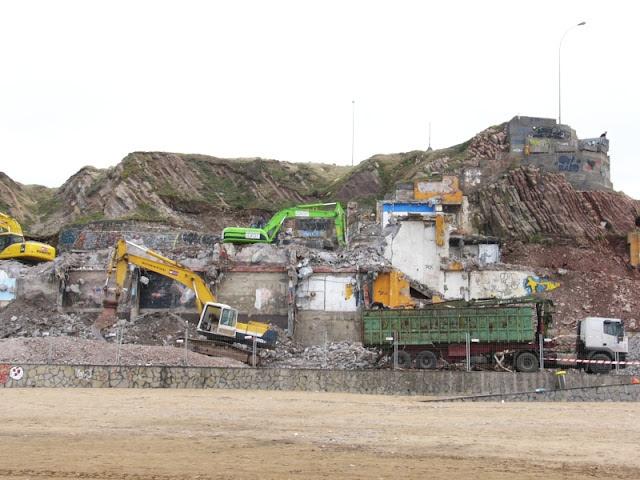obras en la playa de sopelana, escabadoras tirando el edificio y moviendo la arena