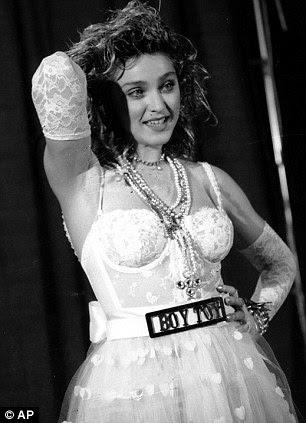 Madonna posa com os MTV Video Music Awards em 1984