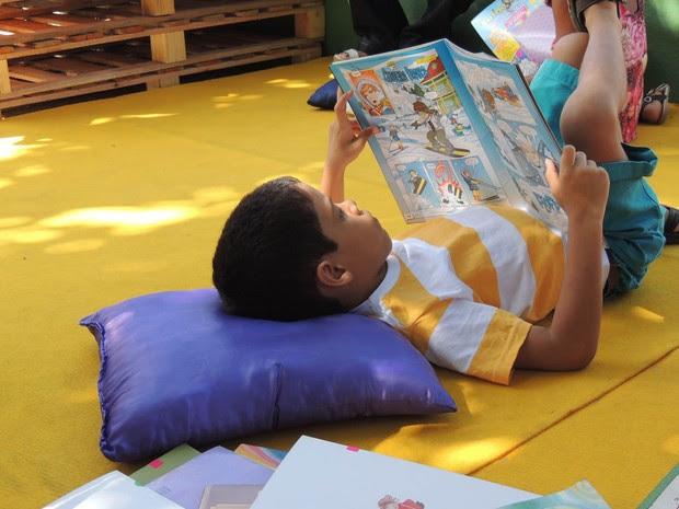 Guilherme Rodrigues, 6 anos, curte o sossego da Fliporto Galerinha (Foto: Katherine Coutinho / G1)