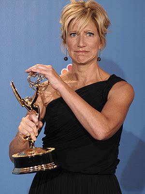 Edie Falco faz graça após ganhar o Emmy de melhor atriz de comédia