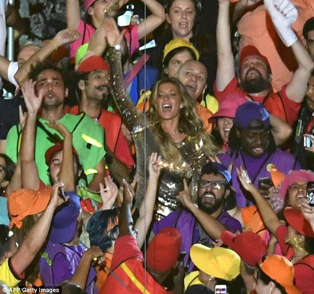 tempo de festa: Após sashaying na passarela, a supermodelo foi visto sorrindo ao dançar no meio da multidão