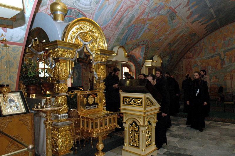 У мощей свт. Игнатия Брянчанинова в Крестовоздвиженском храме Толгского монастыря