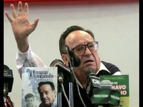 Roberto Bolaños acena em uma coletiva de imprensa em abril de 2007 em Bogotá, na Colômbia (Foto: Mauricio Duenas/AFP)