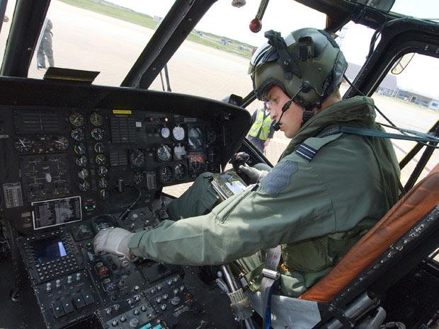 O príncipe William no cockpit de helicóptero em 3 de setembro, em foto divulgada nesta sexta (17) pelo ministério britânico da Defesa.