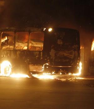 Nove ônibus foram incendiados durante dois protestos na zona no Norte do Rio de Janeiro na noite de segunda-feira  (28) (Foto: Antonio Scorza / Agência O Globo)