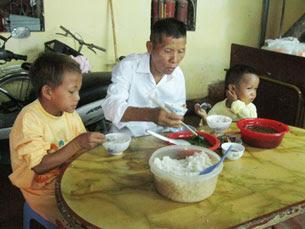 Gia đình ông A-Páo với bữa cơm tuy đạm bạc nhưng hơn rất nhiều cuộc sống trước đây, cả nhà trông chờ vào 5 - 10 nghìn tiền bán củi. Source buudienvietnam