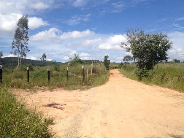 Casal foi encontrado morto na estrada do Bom Retiro (Foto: Agda Queiroz/ TV Vanguarda)