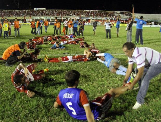 Técnico Celso Teixeira e jogadores homenageiam Neto Maranhão (Foto: Márcio Barbosa)