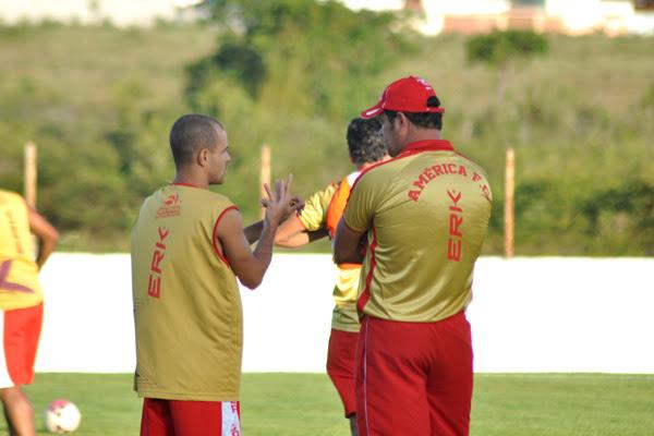 Sem poder contar com opções na lateral, Thiaguinho pode ser a arma de Roberto Fernandes