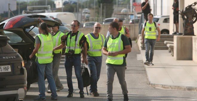 Agentes de la Guardia Civil salen tras el registro de las instalaciones de la imprenta de Constantí (Tarragona) después de dos días vigilando esta empresa por si se localizase documentación relacionada con el referéndum del 1 de octubre. EFE/Jaume Sellart