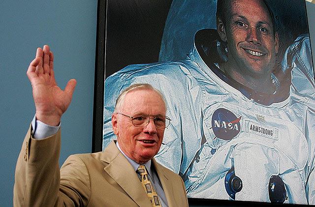 Neil Armstrong en 2005 en la Campus Party de Valencia, con una imagen de su época de astronauta. | B. Pajares