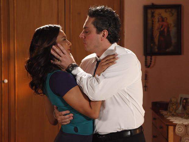 Celeste briga com Baltazar, mas não resiste aos carinhos do marido (Foto: Fina estampa/TV Globo)