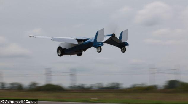 Το ιπτάμενο αυτοκίνητο τροφοδοτείται από μια μεγάλη έλικα στο πίσω μέρος της
