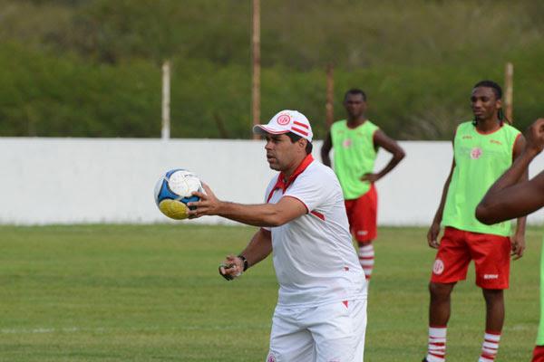 Pensando na partida contra o Vitória, no Barradão, em Salvador, o técnico Leandro Sena ensaiou o posicionamento da equipe