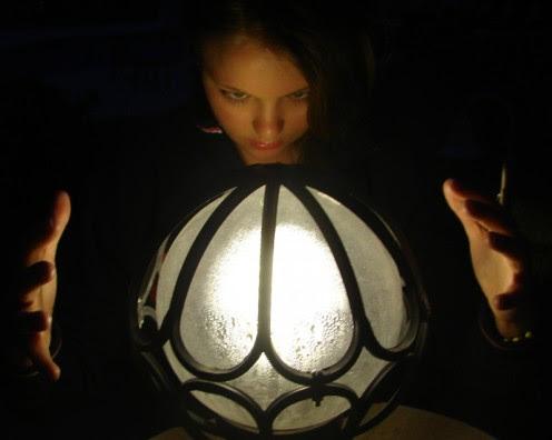 bruja invocando con una bola de cristal