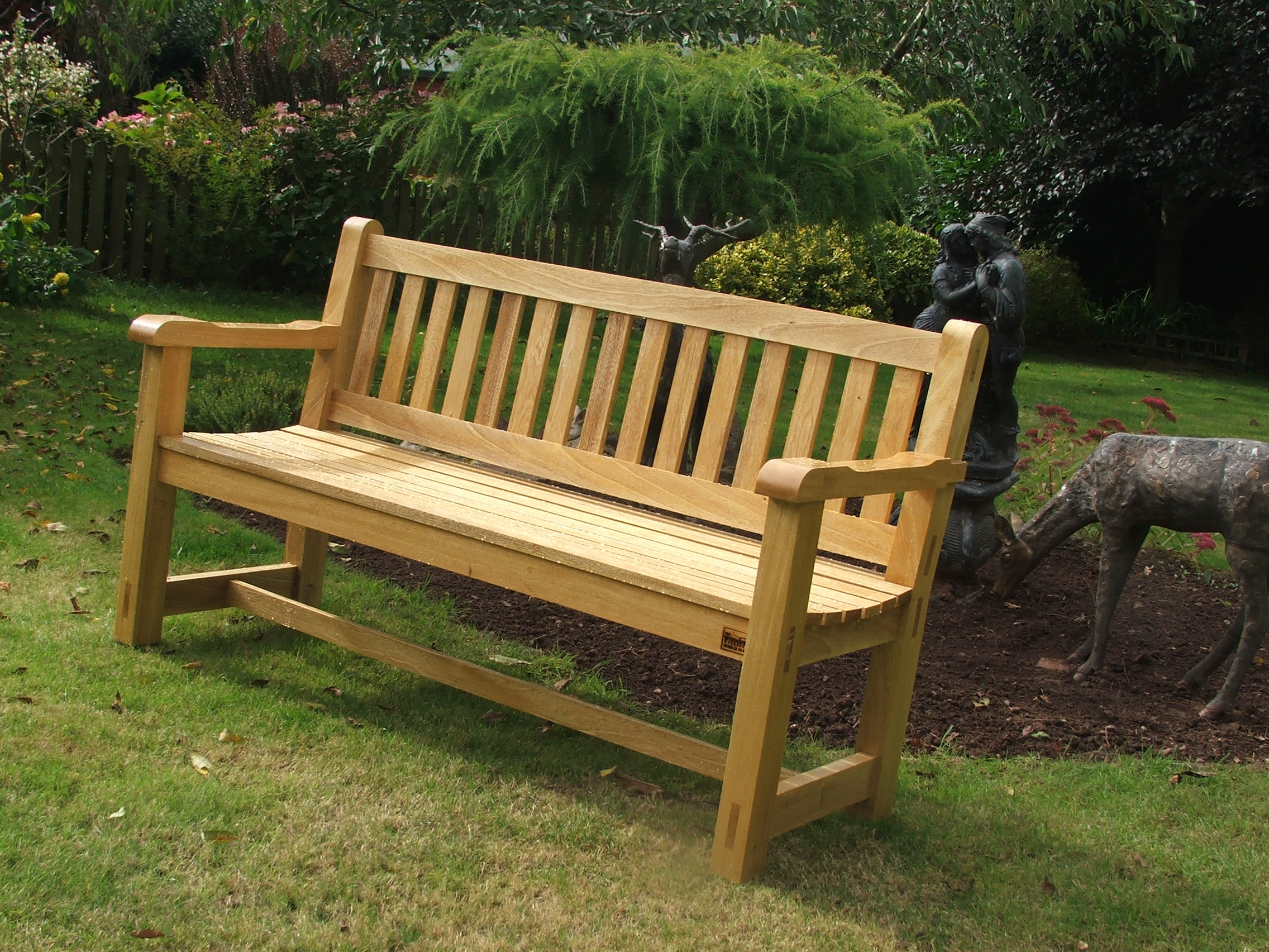 Garden benches to sit on - CareHomeDecor