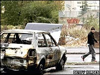 Un auto incendiado en Clichy-sous-Bois.