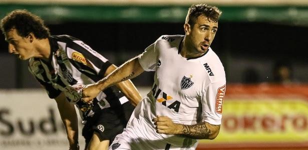 Pratto sai para comemorar logo depois de abrir o placar para o Atlético-MG contra o Tupi