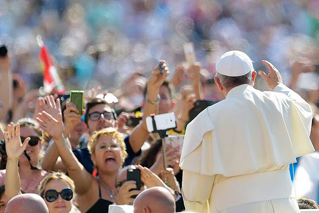 Papa Francisco cumprimenta multidão ao chegar para audiência geral no Vaticano