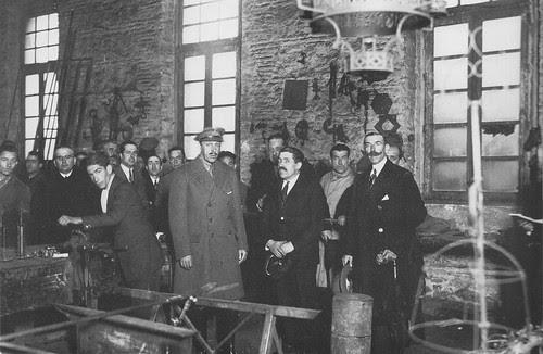 Alfonso XIII en el taller de D. Julio Pascual (Toledo). Foto Rodríguez